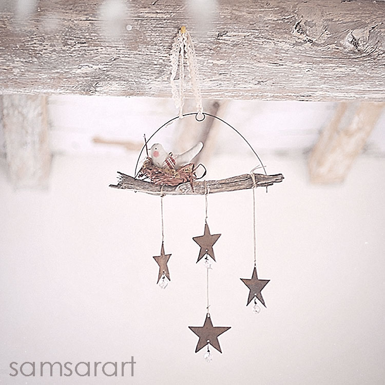 Decorazione con uccellino, stelle e legno