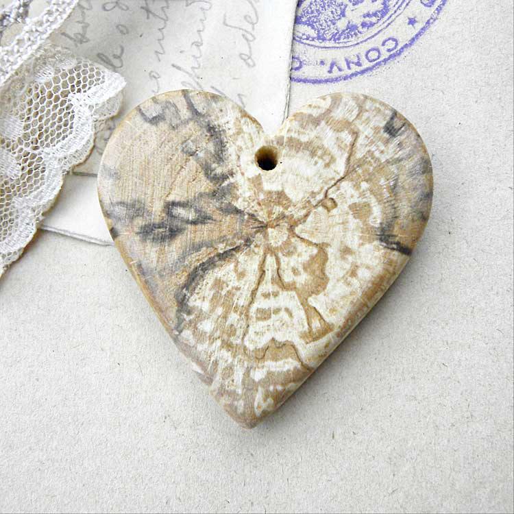 Pendente in legno a forma di cuore