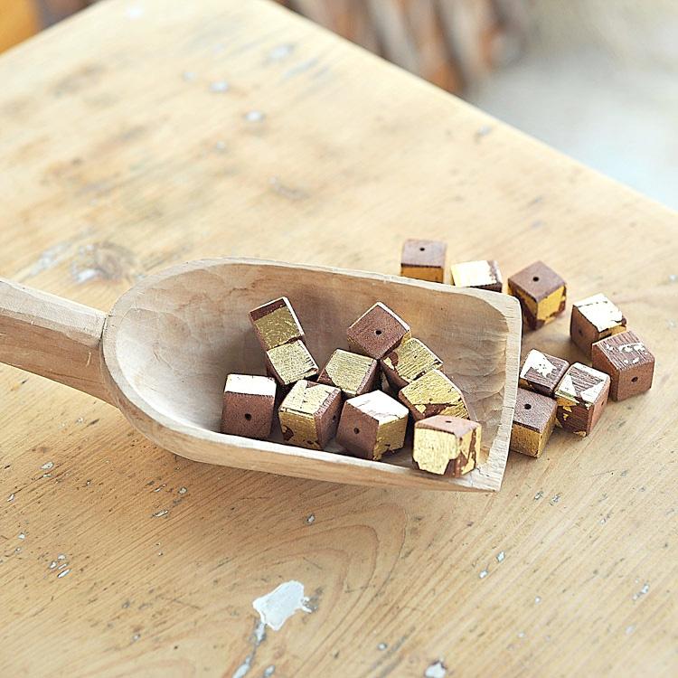 Cubi in legno decorati con foglia oro