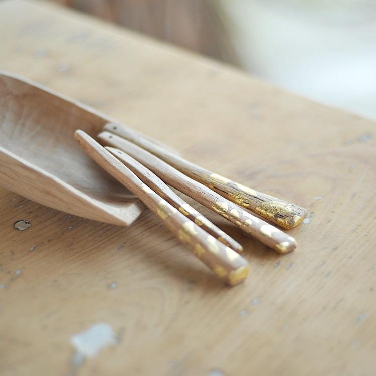 Pendenti in legno decorati con foglia oro
