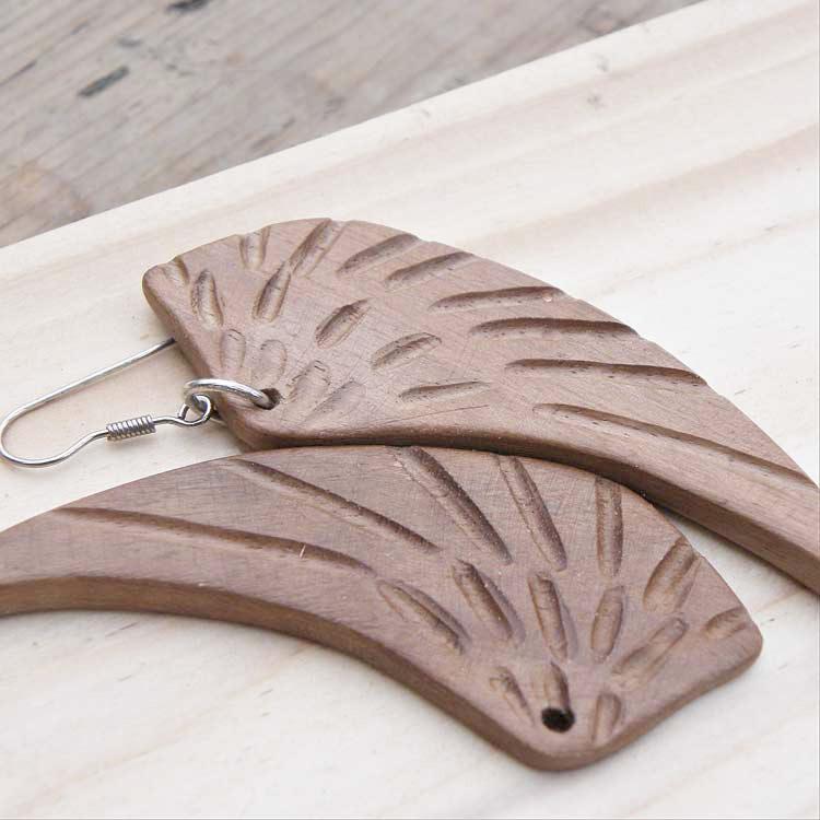 Pendenti a forma di ali in legno di noce
