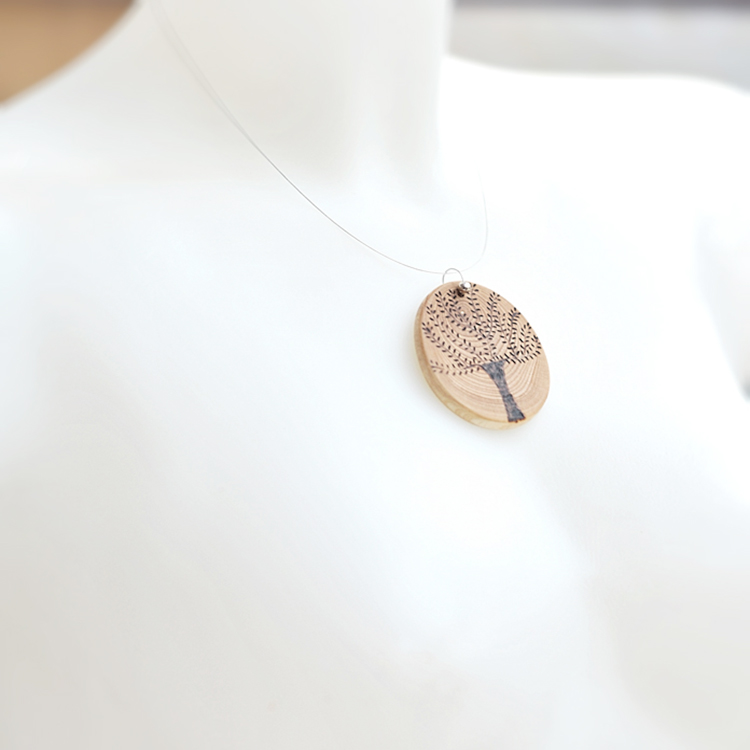 Collana con pendente in legno