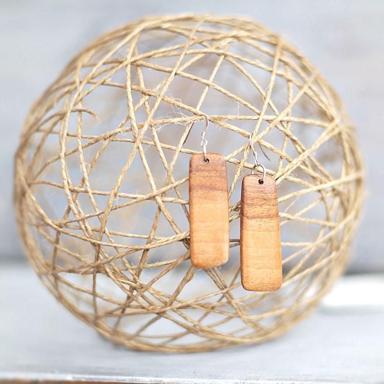Orecchini con pendenti in legno di noce