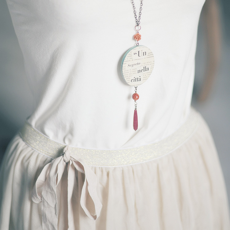 Collana con pendente in legno e carta