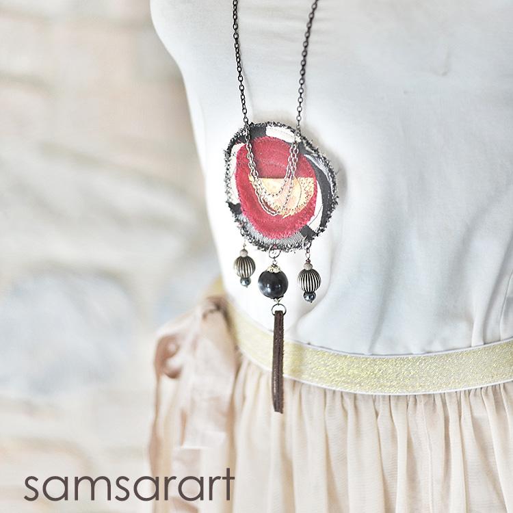 Collana con pendente in stoffa
