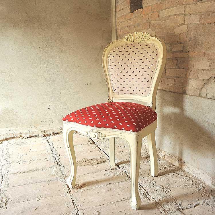 Sedia rivestita con stoffa