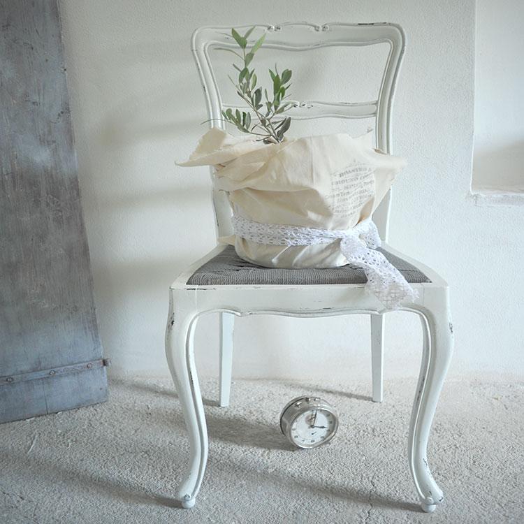 Sedia decorata in bianco e tortora