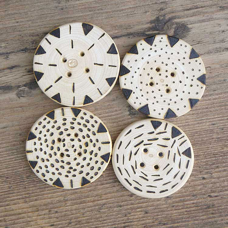 Bottoni decorati a pirografo