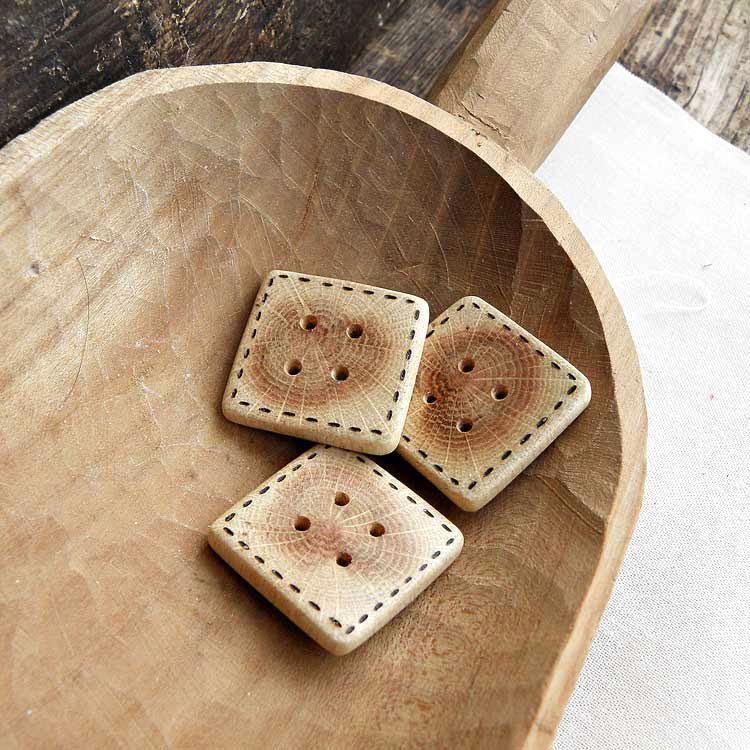 Bottoni di quercia quadrati decorati a pirografo